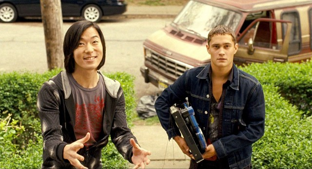 Aaron Yoo as Thom on the left.
